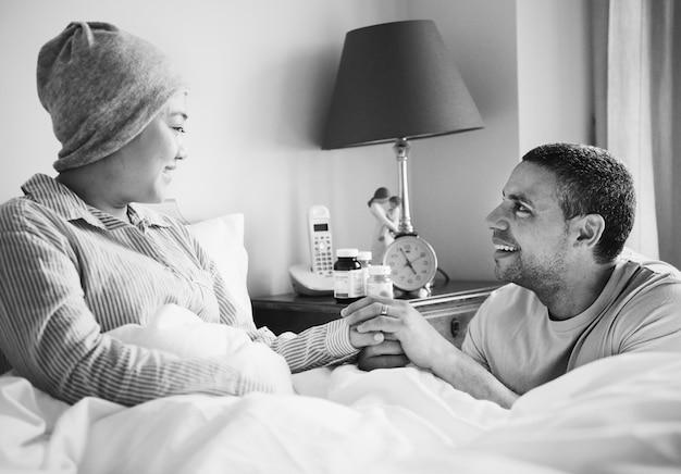 Ehemann, der eine kranke frau unterstützt