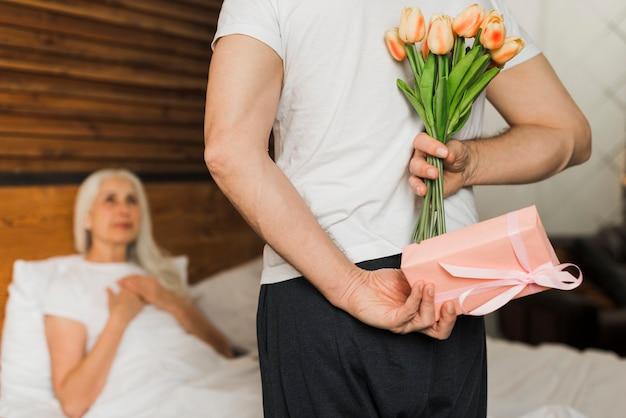 Ehemann, der seine frau am valentinstag überrascht