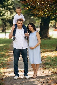 Ehemann mit schwangerer frau und ihrem sohn im park