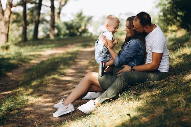 Ehemann mit schwangerer frau und ihrem sohn