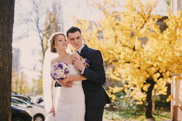 Ehemann umarmen ihre braut