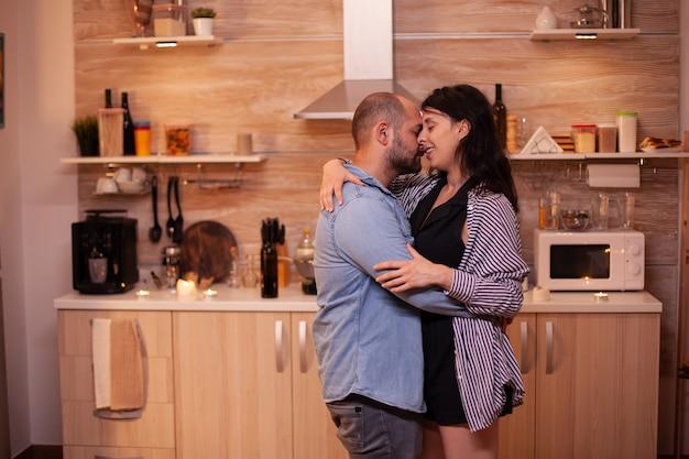 Ehemann umarmt ehefrau während der beziehungsfeier
