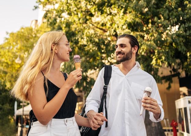 Ehemann und ehefrau genießen ein eis im freien