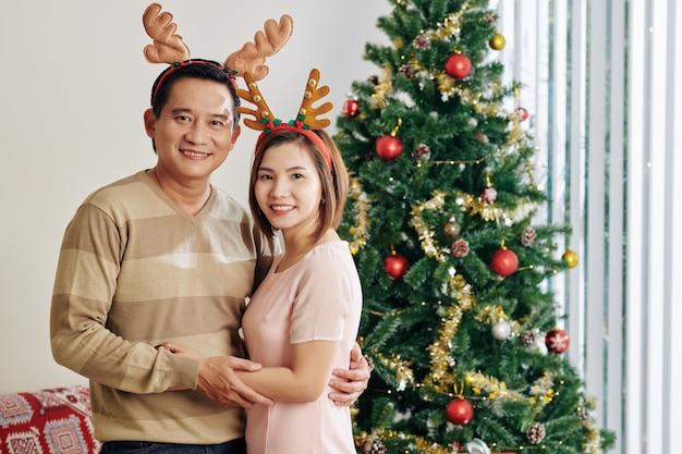 Ehemann und ehefrau im rentiergeweih