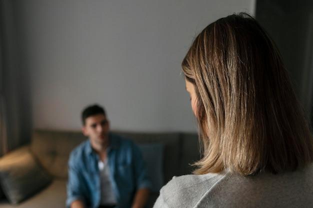 Ehemann und ehefrau streiten sich drinnen