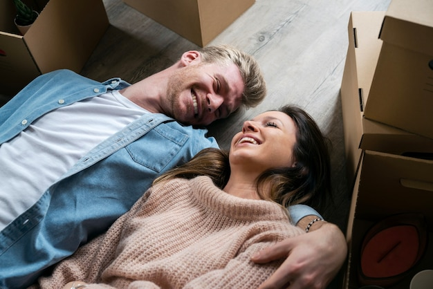 Ehemann und ehefrau ziehen in neues zuhause