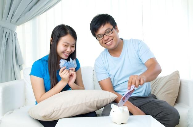 Ehemann und frau mit familienfinanzkonzept