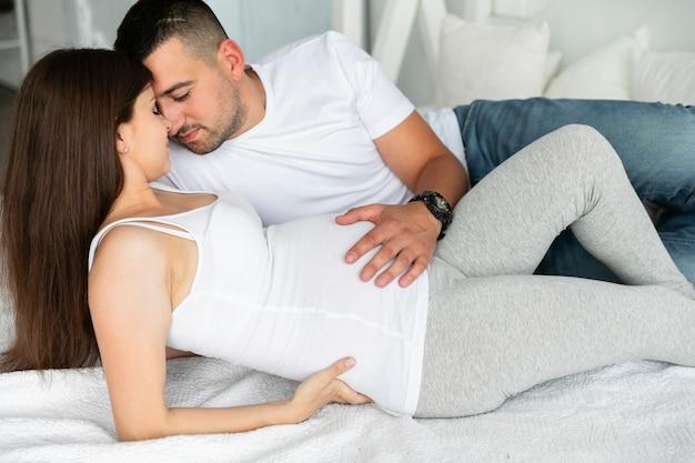 Ehemann und schwangere frau, die zusammen zeit alleine verbringen