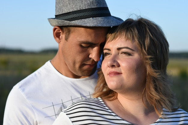 Ehemann und schwangere frau entspannen sich im park