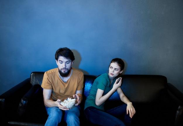 Ehepaar beim fernsehen auf der couch