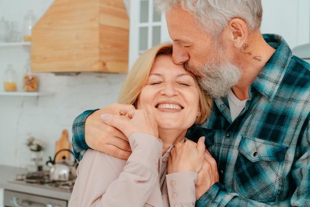 Ehepaar im ruhestand umarmen sich zu hause