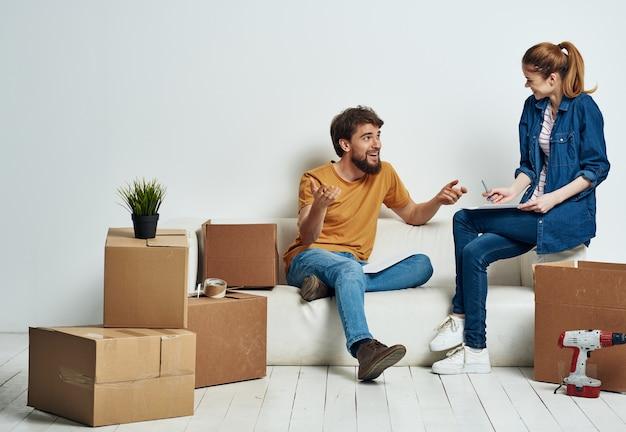 Ehepaar in neuen wohnung umzugskartons mit freude dinge