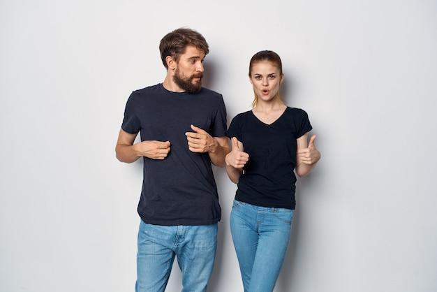 Ehepaar in schwarzer t-shirt-sonnenbrille posiert im studio-lifestyle. foto in hoher qualität