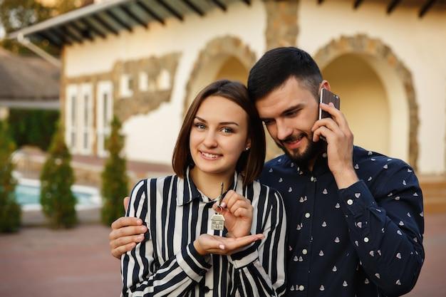 Ehepaar mit schlüssel zum neuen zuhause