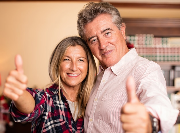 Ehepaar mittleren alters, die spaß auf weihnachten