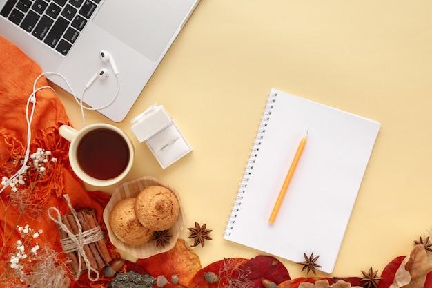 Ehering in weißer geschenkbox, laptop, kopfhörer und notebook