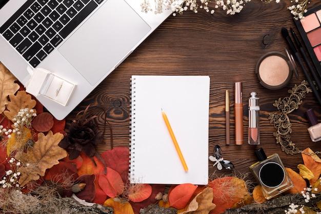 Ehering in weißer geschenkbox, laptop und notizbuch