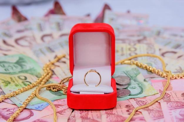 Ehering platziert auf geld, thailändische hochzeitszeremonie.