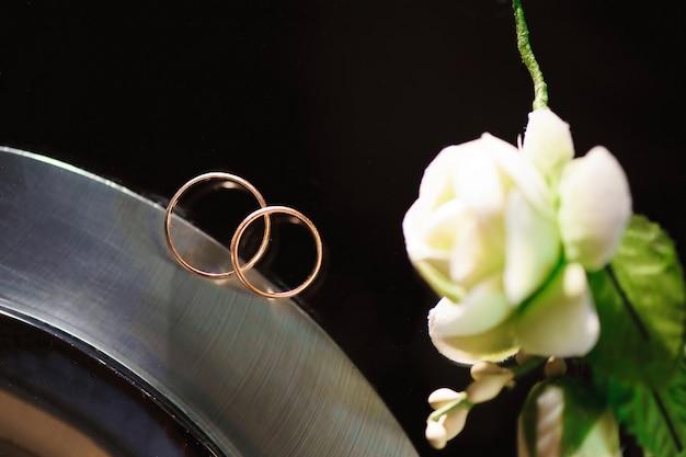 Eheringe als symbol für liebe und glück