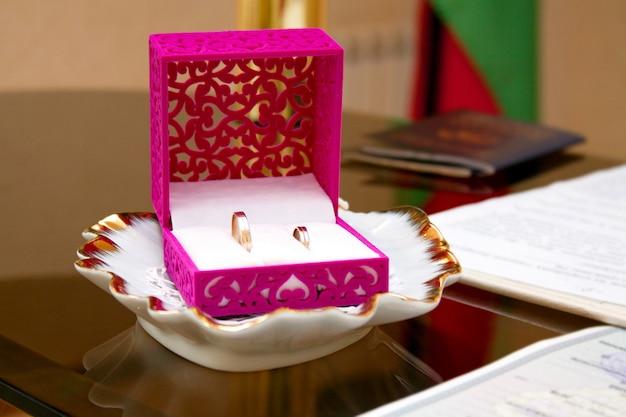 Eheringe in der box bei der zeremonie der heiratsregistrierung, hochzeitsattribute