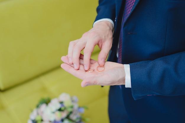 Eheringe in der hand
