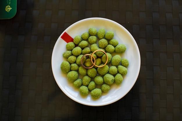 Eheringe liegen auf den salzigen oliven