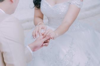 Eheringe und Hände einer Braut und des Bräutigams ein Symbol der Liebe
