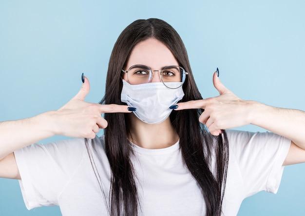 Ehrfürchtig freundlich aussehende amerikanische frauenratschläge tragen medizinische masken und zeigen auf sich selbst als perfektes beispiel