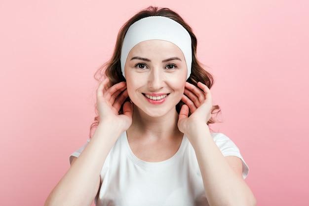 Ehrlich lächelnde junge frau in einer haarverbandaufstellung