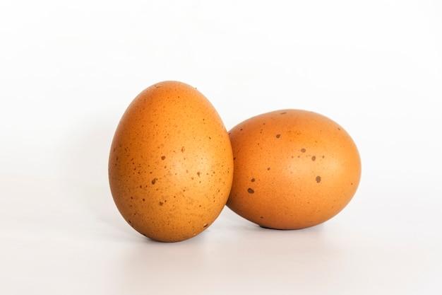Ei auf weißem hintergrund