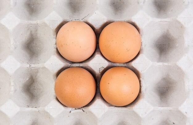 Ei in einer eikiste auf weißem hintergrund