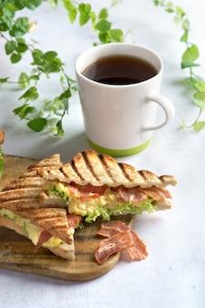 Ei-speck-sandwich und kaffeetasse