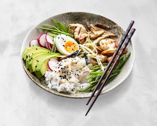 Ei und garnelen serviert mit tahini-sauce fotografie