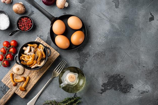 Ei und pilze zum frühstück auf grauer draufsicht flach liegen