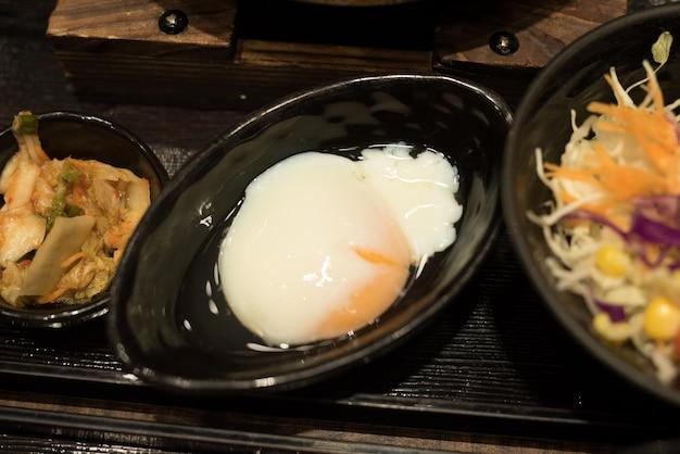 Ei und salat essen auf dem tisch
