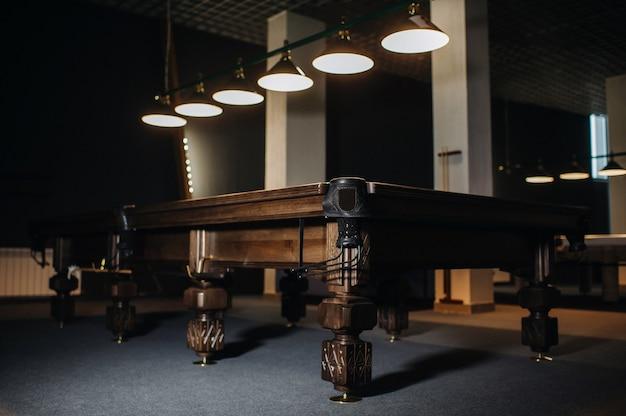 Eiche ungewöhnlicher billardtisch in einem billardclub
