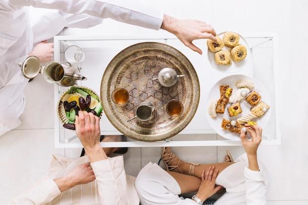 Eid al-fitr konzept mit draufsicht auf tee