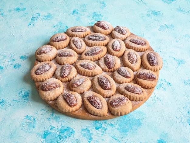 Eid dates süßigkeiten auf einem blauen tisch