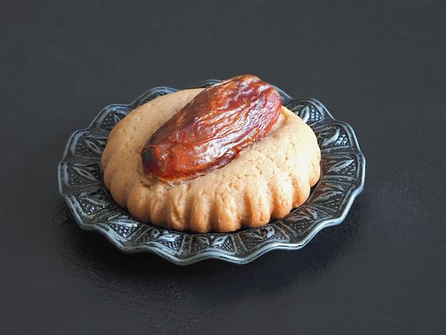 Eid dates süßigkeiten auf einem schwarzen tisch, nahaufnahme