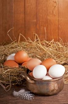 Eier auf altem hölzernen hintergrund