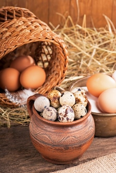 Eier auf altem hölzernen tischnahrungsmittel schließen