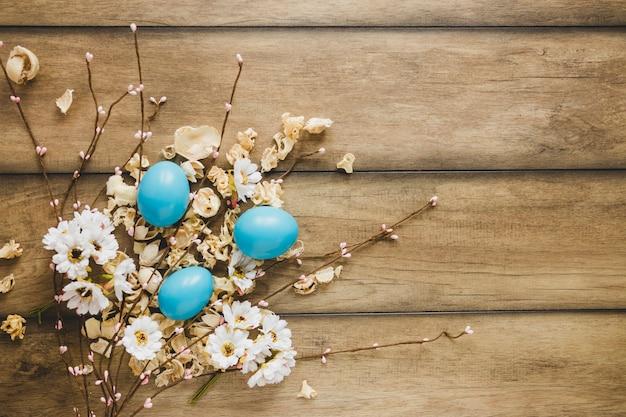 Eier auf blumen und weidenkätzchen