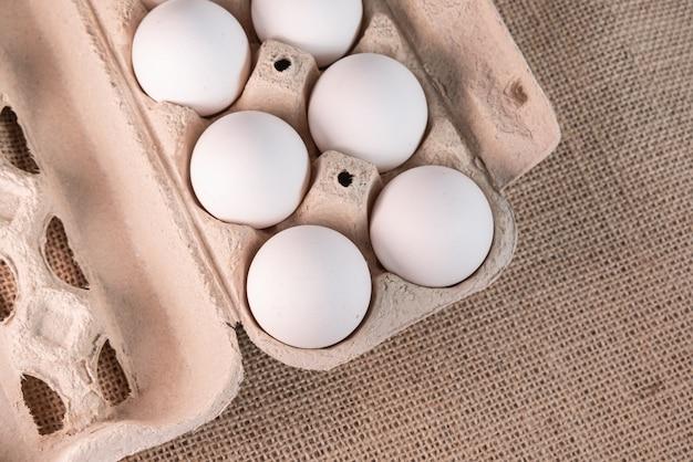 Eier auf braunem hintergrund