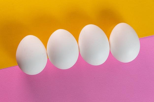 Eier auf dem gelben und rosa tisch