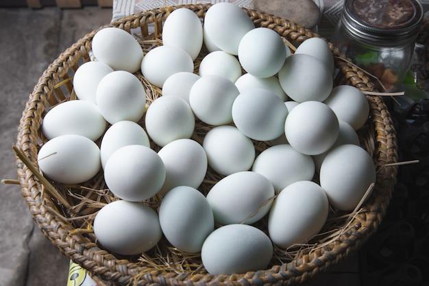 Eier auf dem nest in einem hölzernen korb