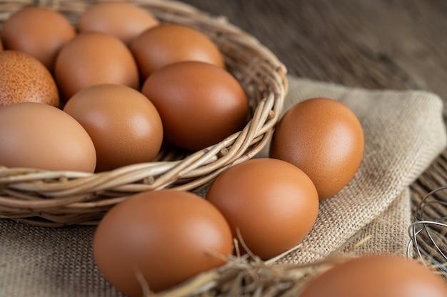 Eier auf den säcken, hanf auf dem holz und stroh