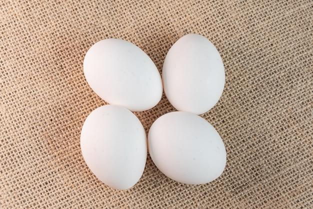 Eier auf der braunen oberfläche