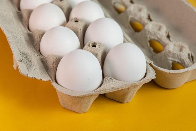 Eier auf der gelben oberfläche