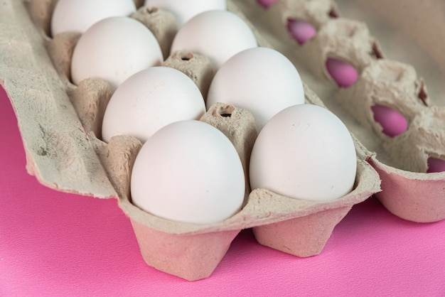Eier auf der rosa oberfläche