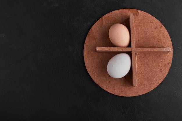 Eier auf einem holzbrett, draufsicht.
